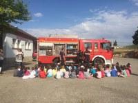 Los alumnos de P4 del colegio Víctor Mendoza de Binéfar han visitado esta mañana el parque de bomberos de la Comarca de la Litera/la Llitera